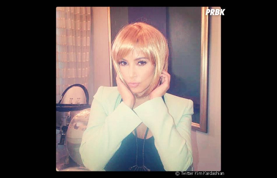Kim Kardashian adopte la blonde power