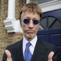 Robin Gibb miraculeusement sorti du coma : Staying aliveeee !