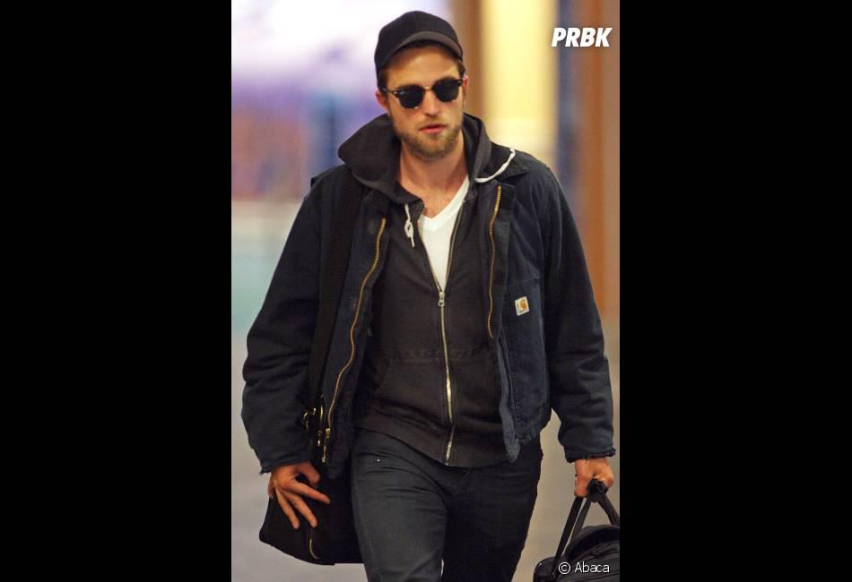 Lunettes noires et barbe pour Robert Pattinson