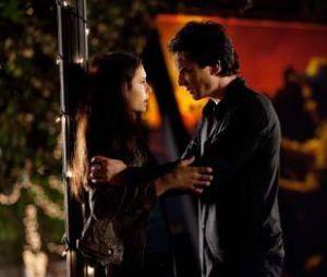Elena et Damon dans l'épisode final de la saison 2