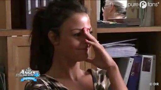 Julia ne sait plus où se mettre pendant que la vidéo faite avec Geoffrey passe