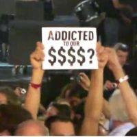 """Madonna à l'Olympia : ses fans la traitent de """"sal*pe"""" ! un concert-arnaque ? (VIDEO)"""