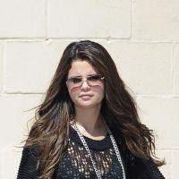Selena Gomez : pull large et jean déchiré... Où est passée notre sexy Sel' ? (PHOTOS)