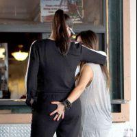 Kim Kardashian obsédée par les fesses : après celles de Kanye West, elle tripote celles de sa soeur ! (PHOTOS)