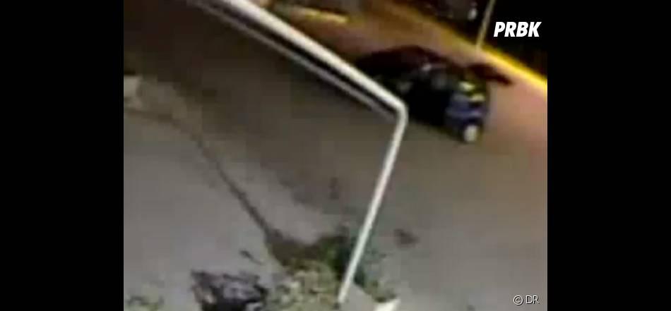 La voiture du voleur s'en va en plein braquage