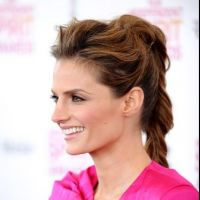 Stana Katic : sexy en combi rose flashy aux Film Independent Spirit Awards