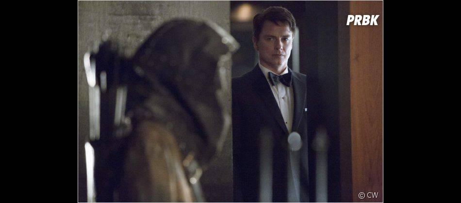 """Malcolm est le """"Batman démoniaque"""" dans Arrow"""