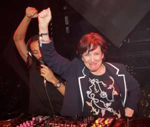Roselyne Bachelot en plein DJ set avec Bob Sinclar, le 2 avril 2013 à la Gaîté Lyrique