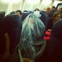 """Un homme emballé vivant dans un sac plastique pour voyager """"sainement"""""""