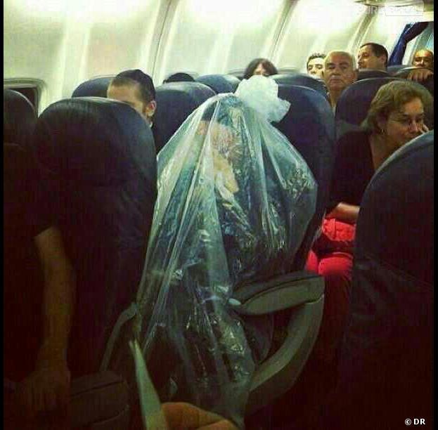 L'homme enfermé dans un sac plastique dans avion fait sensation sur la toile