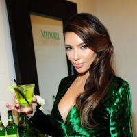 Kim Kardashian enceinte : remplacée par une star de Vampire Diaries pour promouvoir une marque d'alcool