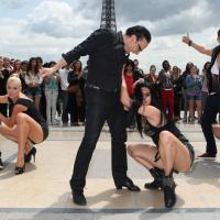 Danse avec les stars 4 - Chris Marques, Katrina Patchett... : flash mob endiablé au pied de la Tour Eiffel