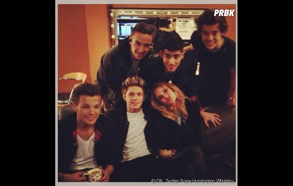 Rosie Huntington Whiteley est très complice avec les One Direction
