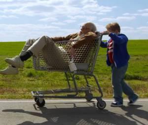 Bad Grandpa : Johnny Knoxville incarne un vieillard accompagné de son petit-fils de 8 ans