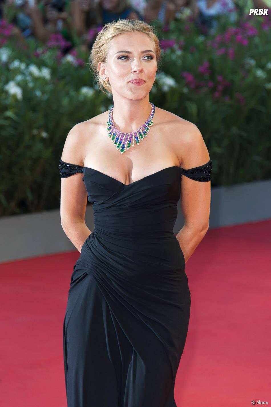 Scarlett Johansson décolletée au festival du film de Venise 2013