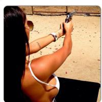 Nabilla Benattia : un pistolet et un sein pour son nouveau Instagram