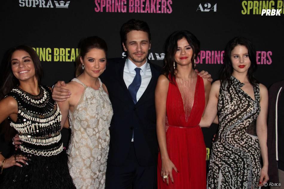 James Franco entouré de Selena Gomez et d'Ashley Benson pendant la promo de Spring Breakers