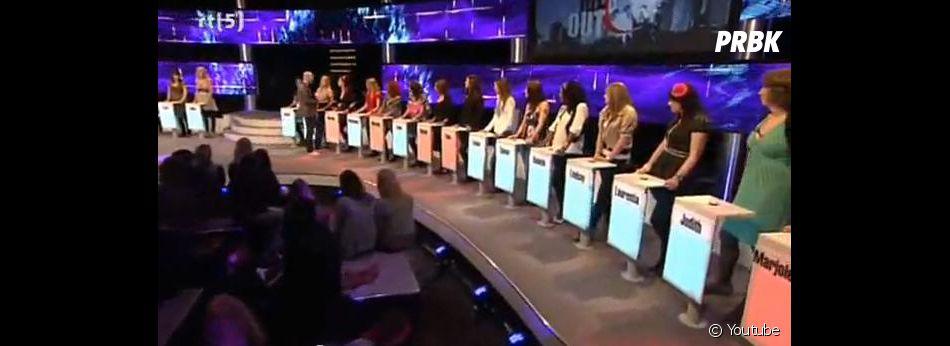 Les 26 célibataires derrière leur pupitre.