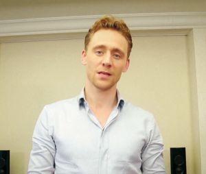 Tom Hiddleston a eu mal aux tétons dans un sketch d'une émission coréenne diffusée le 19 octobre 2013