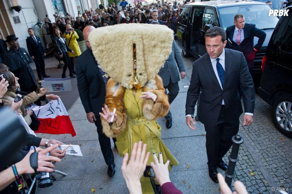 """Lady Gaga et son casque Bob l'éponge, à Berlin le 24 octobre 2013 pour la promo de """"Artpop"""""""