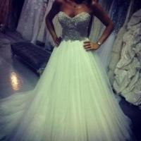 Ayem Nour : une mystérieuse robe blanche agite Twitter