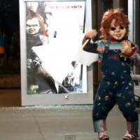 Quand Chucky sort d'une affiche pour terroriser des passants