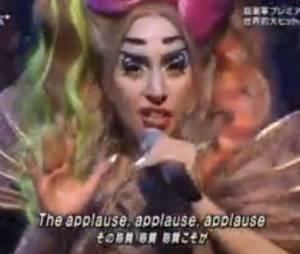 Lady Gaga chante 'Applause' maquillée en manga sur le plateau d'une émission tv japonaise, novembre 2013