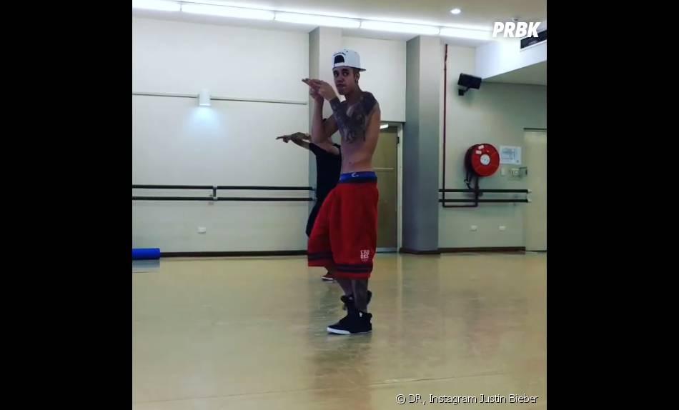 Justin Bieber danse torse nu