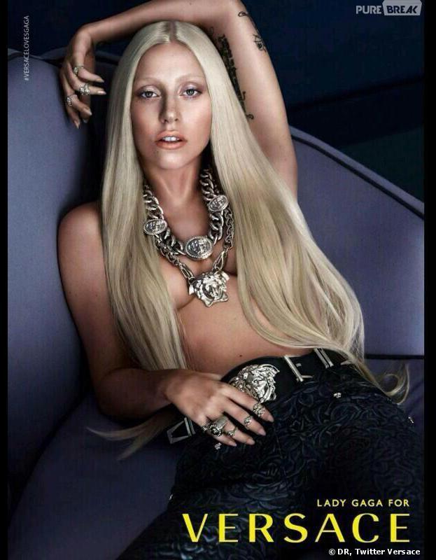 Lady Gaga enlève le haut pour Versace