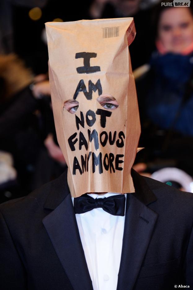 Shia LaBeaouf avec un sac sur la tête au Festival du film de Berlin le 9 février 2014