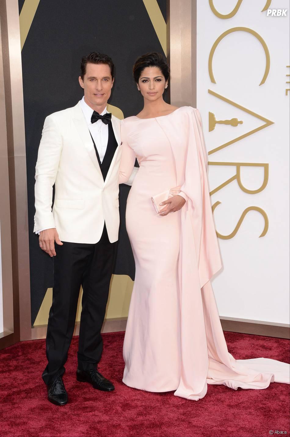 Matthew McConaughey et Camilla Alves sur le tapis-rouge des Oscars le 2 mars 2014