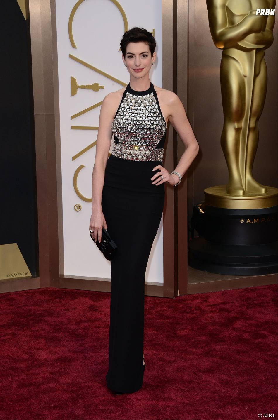 Anne Hathaway sur le tapis-rouge des Oscars le 2 mars 2014