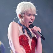Miley Cyrus plonge sa tête dans les seins d'une géante en plein concert