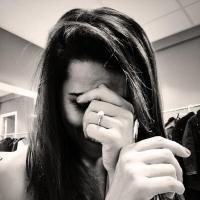 Karine Ferri fiancée ? Une belle bague à la main gauche