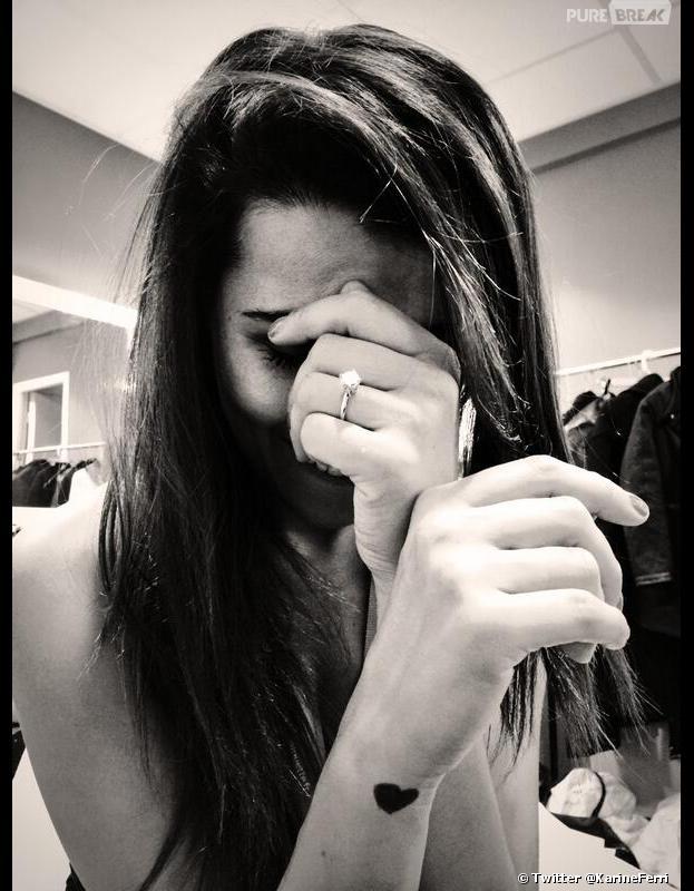Karine Ferri exhibe sa belle bague à la main gauche, le 12 mars 2014 sur Twitter