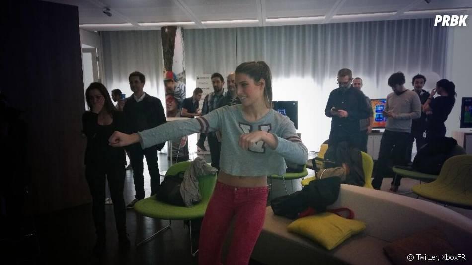 Laury Thilleman en plein test du jeu Kinect Sports Rivals sur Xbox One