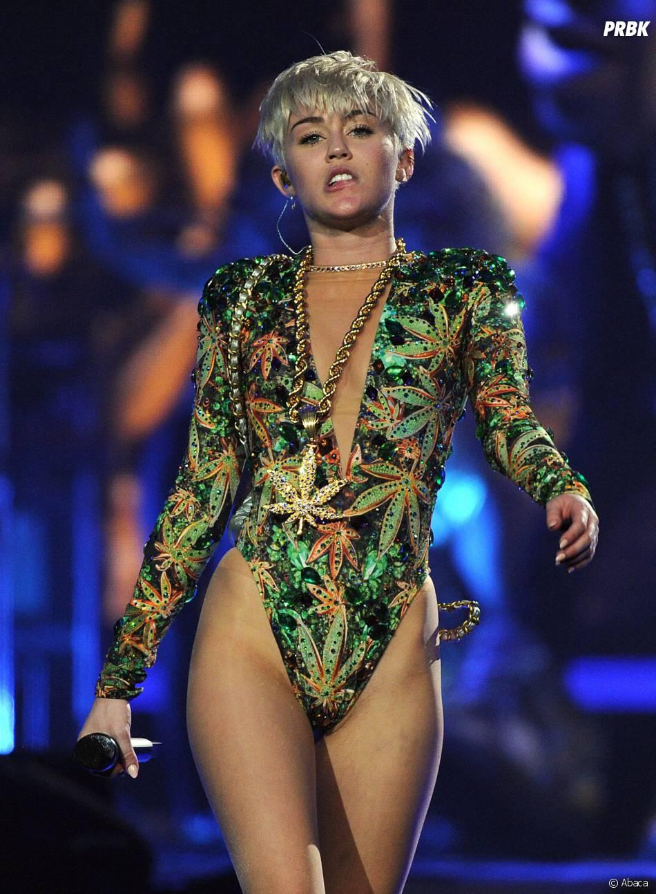 Miley Cyrus a pleuré lors d'un concert après le décès de son chien
