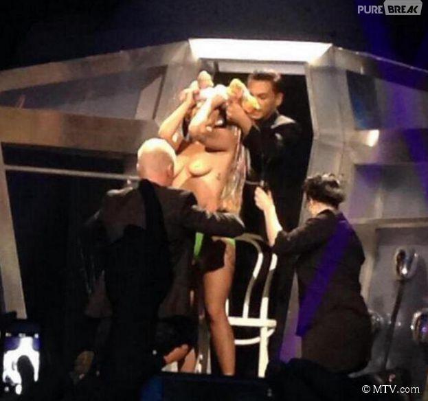"""Lady Gaga topless pour démarrer sa tournée """"artRAVE"""" aux States"""