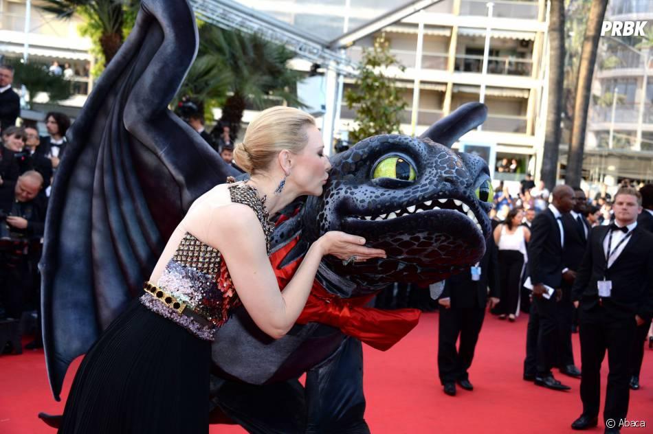 Cate Blanchett et un dragon sur le tapis rouge du Festival de Cannes 2014, le vendredi 16 mai