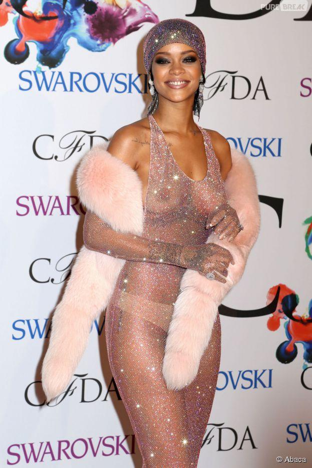 Rihanna seins à l'air lors des CFDA Awards, le 2 juin 2014