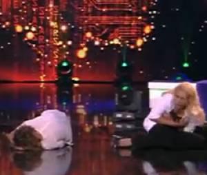 Elodie Gossuin et Sandrine Quétier au sol, pensent être nues dans Stars sous hypnose
