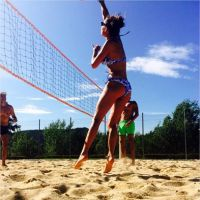 Laury Thilleman : sportive sexy en bikini pendant les vacances