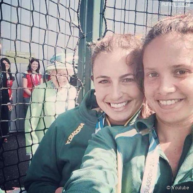 La Reine Elizabeth II s'est incrustée sur un selfie de deux athlètes australiennes, le 24 juillet 2014