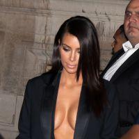Kim Kardashian décolletée et sexy à Paris : ses seins stars de la Fashion Week