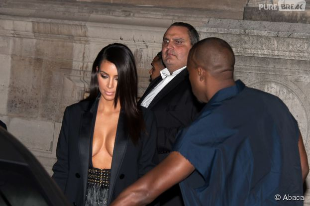Kim Kardashian exhibe ses seins à la Fashion Week de Paris, le 25 septembre 2014
