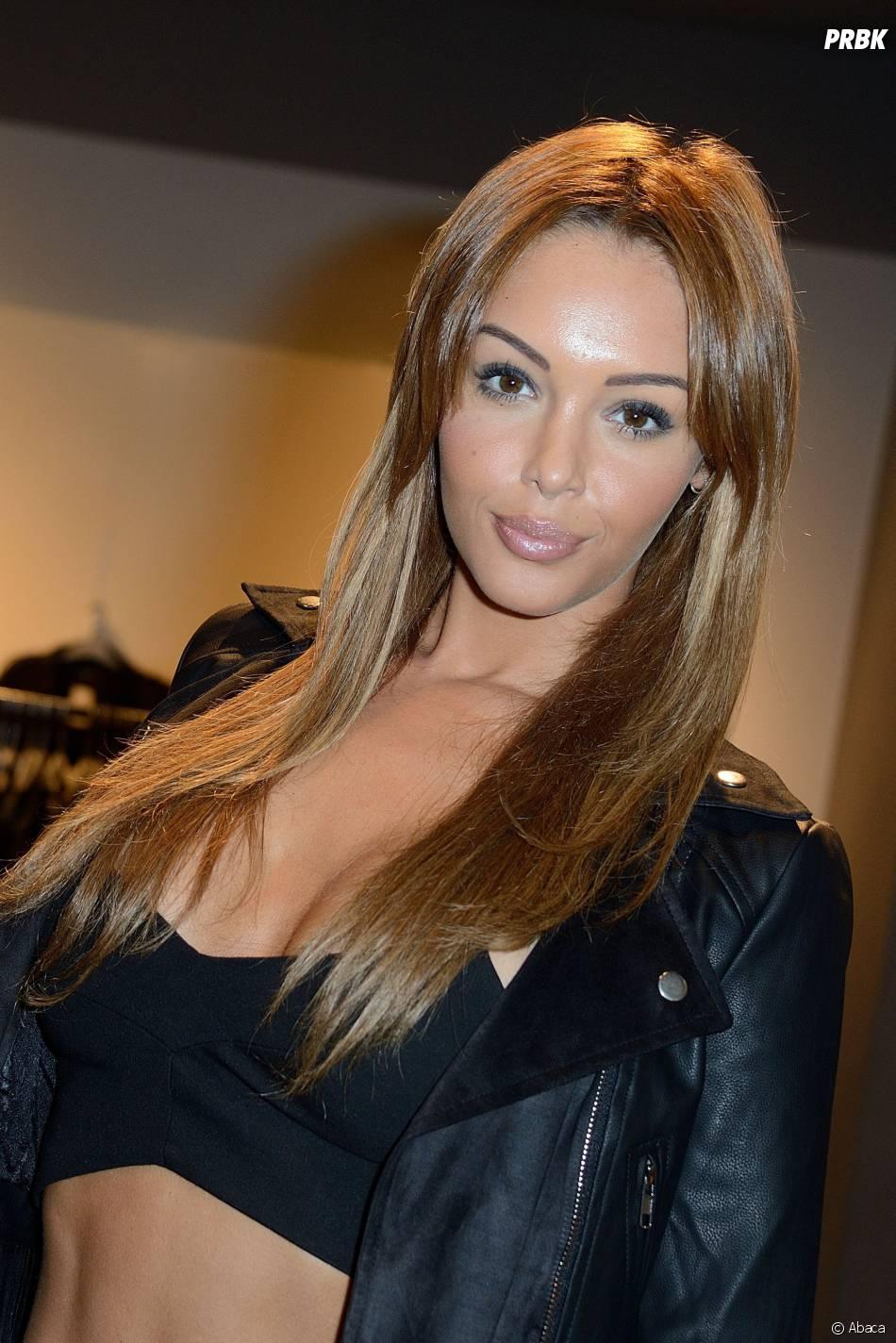 Nabilla Benattia sexy pour sa collection Blooshop