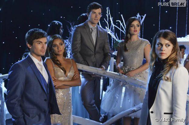 Pretty Little Liars saison 5, épisode 13 : Caleb, Emily, Ezra, Aria et Paige fêtent Noël