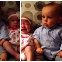 Trop mignon : un bébé croit voir double devant des soeurs jumelles