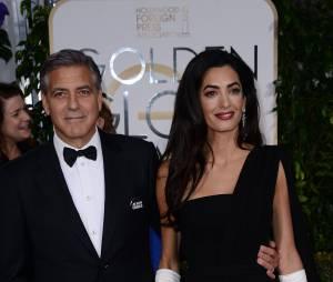 """George Clooney et Amal Clooney : badges """"Je suis Charlie"""" sur le tapis rouge des Golden Globes 2015, le 11 janvier 2015 à Los Angeles"""