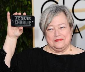 Kathy Bates : coque Je suis Charlie sur le tapis rouge des Golden Globes 2015, le 11 janvier 2015 à Los Angeles